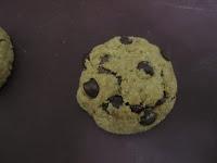 Cookies au beurre de cacahuètes coeur coulant à la Nocciolata après cuisson sur feuille de silicone