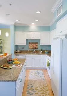 Kombinasi warna cat dinding biru pada dapur Telur Asin