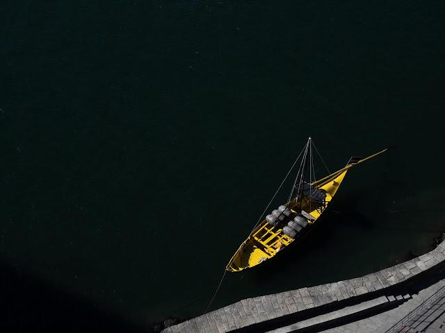 Vista de un rabelo (barco para transportar vino) en el Duero desde el puente D. Luis I