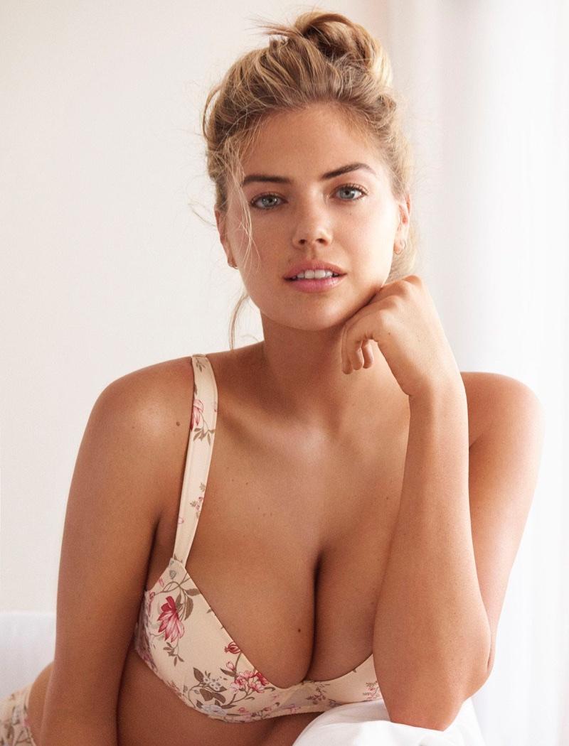 Jenna F. Foxx porte de la lingerie rouge et rend son partenaire fou