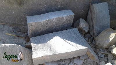 Pedra para escada de pedra sendo pedra folheta na cor meio azulado com tamanhos variados ou pedra sob medida, por exemplo, 30x50 cm, 30x75 cm, 30x100 cm.
