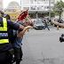 VÍDEO: Jornalista da Globo Caco Barcellos é agredido por manifestantes, assista