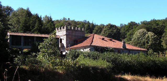 Casa de granito com uma torre estilo medieval