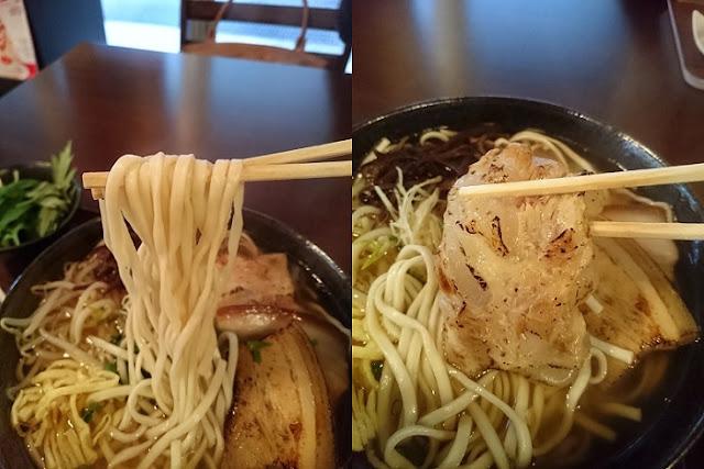 そばの麺と塩軟骨ソーキの写真