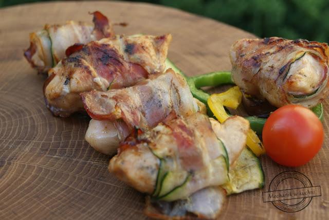 Chickenrollki, kurczak zawijany w boczku cukinii grillowany z grilla pomysł co na grilla boczek parzony pierś kuczaka drobiowa przepis w co zawinąć sezon grillowy bbq chicken recipe rolls mechanik w kuchni