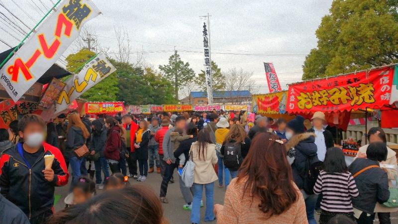 人文研究見聞録:田縣神社の豊年祭、境内の屋台の様子