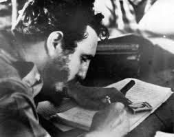 Fidel Castro firma la Ley de Reforma Agraria en Cuba