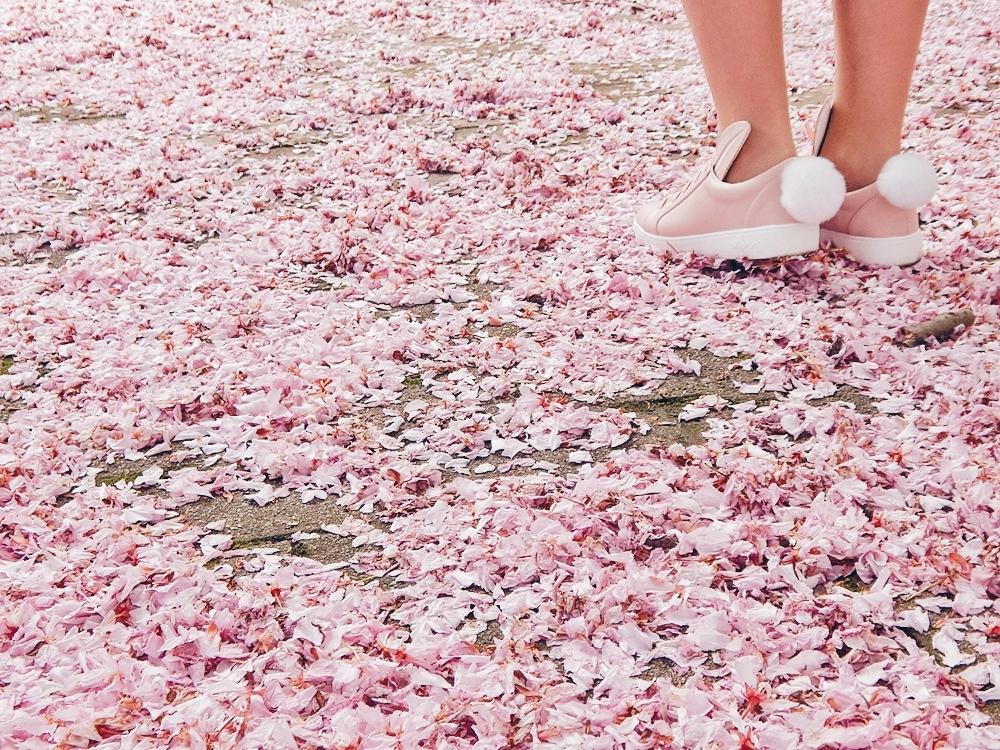 14 melodylaniella gamiss manzana różowe sneakersy króliczki granatowa sukienka skórzana ramoneska pikowana listonoszka szara manzana praga photoshoot sesja zdjęciowa fashion style modnapolka lookbook ootd girls