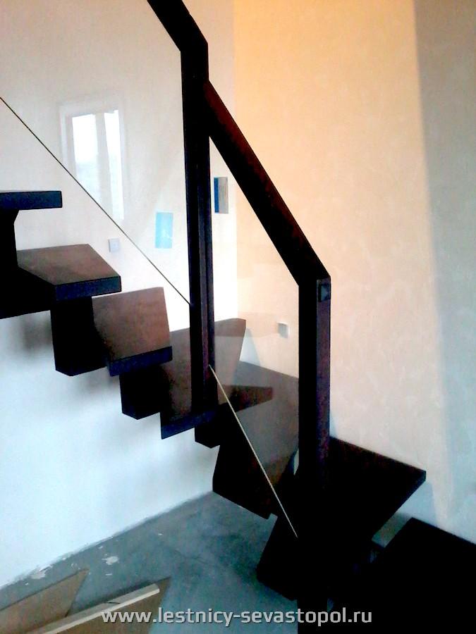 Отделка металлического каркаса лестницы деревом