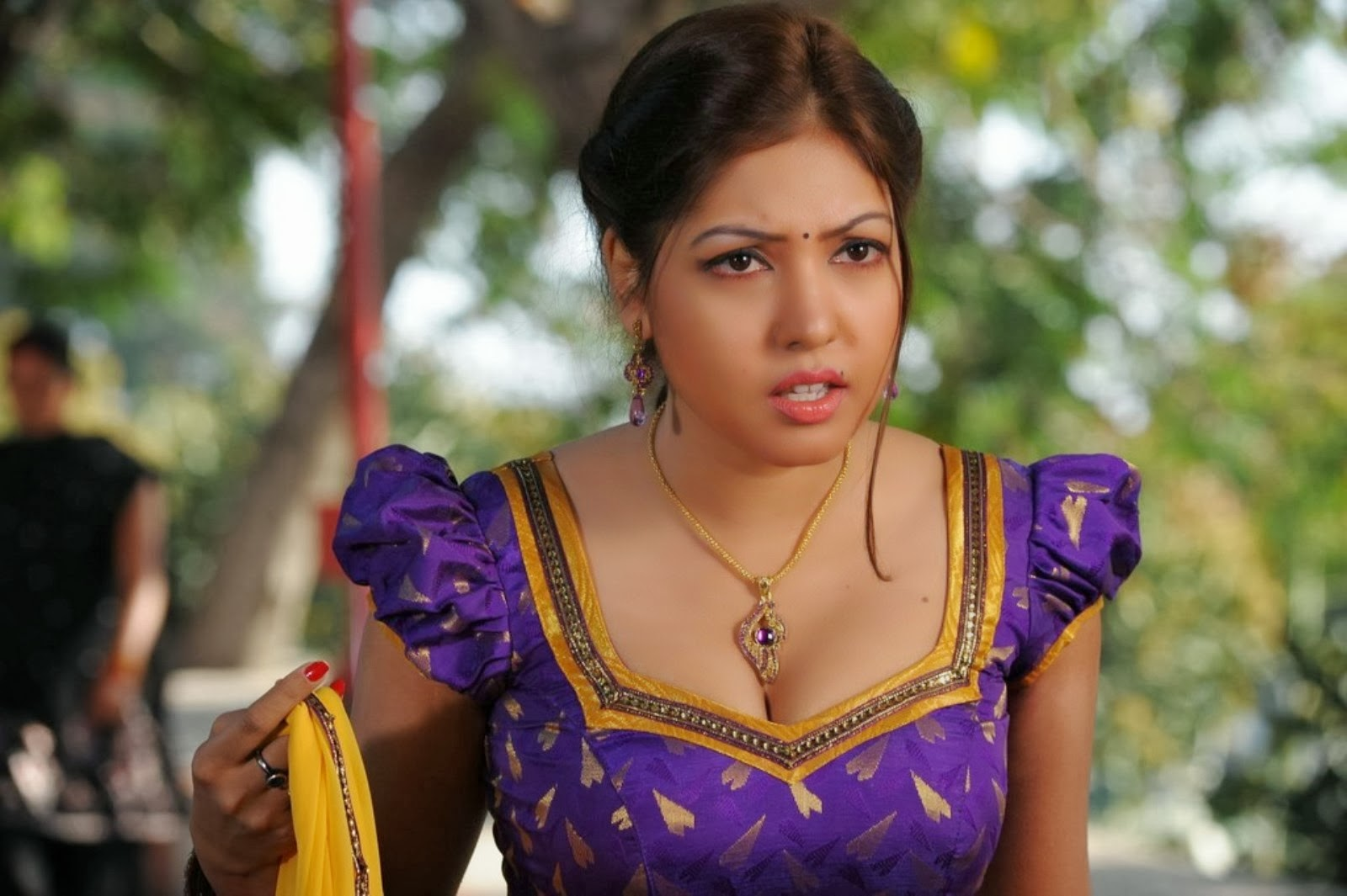 Komal Jha Hot Cleavage Show In Saree Drop Navel Show