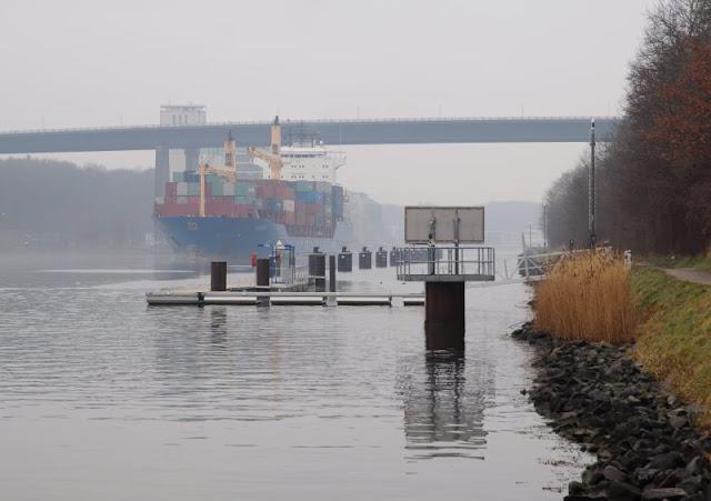 Einfach mal Fähre fahren: Mit dem Adler I von Kiel-Wik nach Holtenau und zurück. Viele große Pötte wie das Containerschiff Hooge sind auf dem Kanal zu sehen.