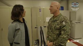 Alejandra Andrade conversa con un militar en Guantánamo en 'Fuera de cobertura'