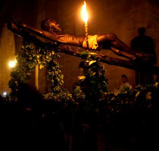 Durante la entrevista, Alonso Corrales Gaitán,  mayordomo de la Cofradía del Cristo Negro, nos cuenta una historia fascinante sobre esta  imagen que trajeron los templarios a Cáceres  en su huida de Europa a Portugal el siglo XIV.