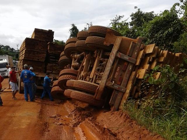 Cenário de guerra e destruição na rodovia que liga Castanheira a Juruena - Veja fotos