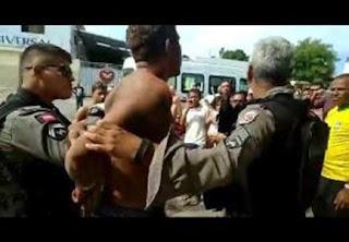 Após assalto, homem é amarrado em poste e espancado na PB; veja vídeo