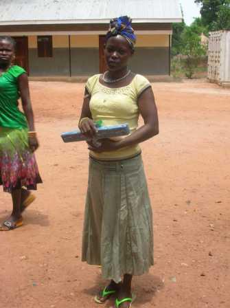 Una signora sieropositiva ha ricevuto una somma in prestito: la sta utilizzando per fare acquisti all'ingrosso e rivendere la minuto. Ogni mucchietto di merce costa circa € 0.25.