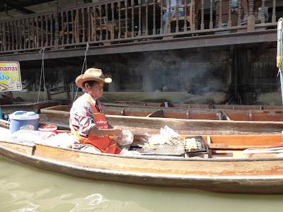 Cerdo Satay, mercado flotante Damoen Saduak, Tailandia, La vuelta al mundo de Asun y Ricardo, vuelta al mundo, round the world, mundoporlibre.com
