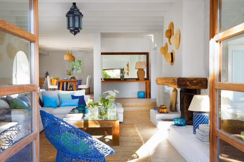 Biało-niebieska posiadłość na Ibizie, wystrój wnętrz, wnętrza, urządzanie domu, dekoracje wnętrz, aranżacja wnętrz, inspiracje wnętrz,interior design , dom i wnętrze, aranżacja mieszkania, modne wnętrza, białe wnętrza, niebieskie dodatki, salon
