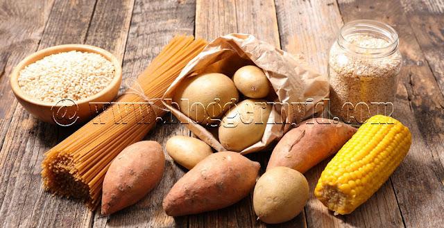 Karbohidrat merupakan salah satu jenis makanan yang biasa dikonsumsi oleh penduduk Asia. Seperti di Indonesia sendiri, nasi putih bahkan menjadi makanan utama untuk dikonsumsi setiap harinya.    Akan tetapi, sekarang justru banyak orang yang menjauhi karbohidrat karena dianggap bisa membuat berat badan menjadi bertambah. Padahal pada dasarnya karbohidrat dibutuhkan oleh tubuh karena berperan penting bagi tubuh.    Tidak hanya itu saja, Anda juga bisa memilih sumber karbohidrat yang sangat bermanfaat untuk kesehatan.    Seperti diketahui karbohidrat sangat diperlukan untuk mendapatkan energy dalam tubuh. Tanpa karbohidrat akan membuat tubuh terasa lemah dan kekurangan tenaga.    Untuk itu sebelum lanjut membaca, silahkan baca mengenai manfaat dan khasiat sayuran hijau yang mengandung vitamin.    Jika Anda telah membacanya silahkan lanjutkan membaca mengenai beberapa manfaat karbohidrat dibawah ini harus Anda ketahui untuk mendukung segala aktivitas dan kesehatan Anda.    1. Sumber Energi Tubuh Manfaat karbohidrat yang pertama yaitu sebagai sumber energy dalam tubuh. Ya, karbohidrat terbentuk dalam dalam gula dan juga pati diperlukan oleh tubuh sebagai sumber energy agar semua aktivitas dapat berjalan dengan baik.    Beberapa aktivitas seperti bernafas pun membutuhkan energy. Dan glukosa yang didapatkan dari makanan yang dikonsumsi ini akan dipecah mejadi gula sederhana.    Dan proses untuk melakukan hal ini dibutuhkan insulin yang sudah diproduksi oleh pancreas dan setelah itu glukosa akan masuk kebagian dinding sel dan menjadi sumber tenaga bagi tubuh.    2. Mengendalikan Berat Badan Apabila Anda mempunyai bentuk tubuh yang gemuk, maka yang harus Anda lakukan jangan terlalu menghindari karbohidrat.    Ternyata dengan pemilihan beberapa jenis karbohidrat yang tepat dapat membantu untuk menurunkan berat badan. Seperti buah labu siam, untuk lebih jelasnya baca Khasiat labu siam untuk program diet secara alami.    Belum lagi jika makanan yang Anda konsumsi adalah jenis 