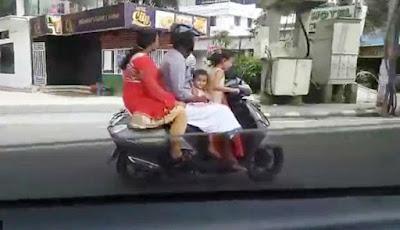 Anak kecil mengendarai sepeda motor.