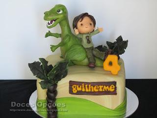 Um dinossauro no 4º aniversário do Guilherme