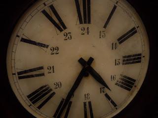detalle de reloj antiguo en el desembalaje de bilbao