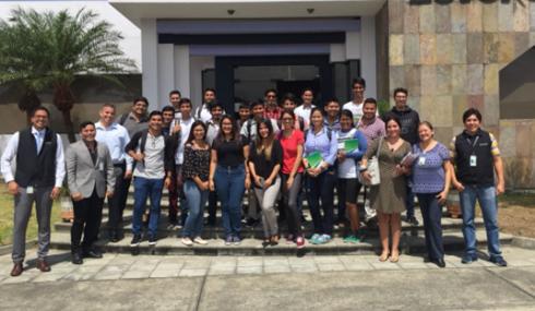 Jóvenes universitarios realizan visitas técnicas en las instalaciones de CenturyLink
