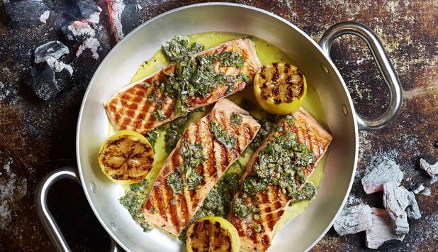 Lomos de salmón noruego a la parrilla con salsa verde