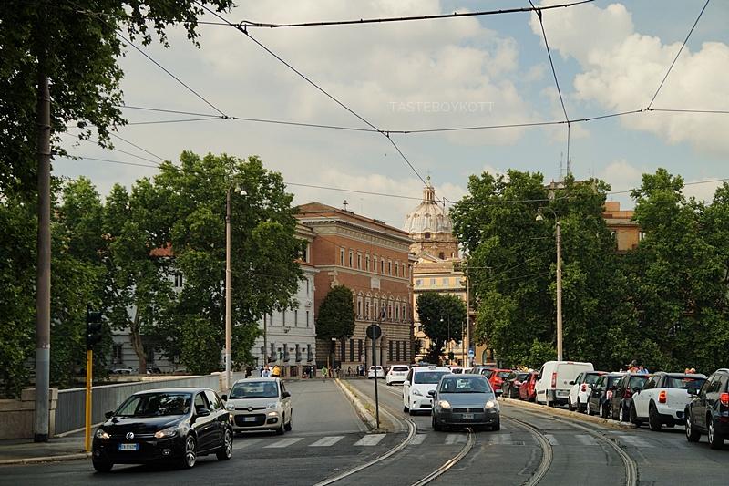 Straßen und Blick auf den Petersdom in Rom, Italien - Städtetrip nach Rom Juni 2017