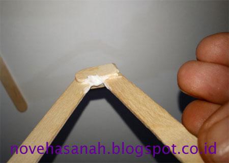cara membuat prakarya dari stik es krim berbentuk penyangga atau dudukan HP yang mudah untuk anak SD memberi lem pada celah
