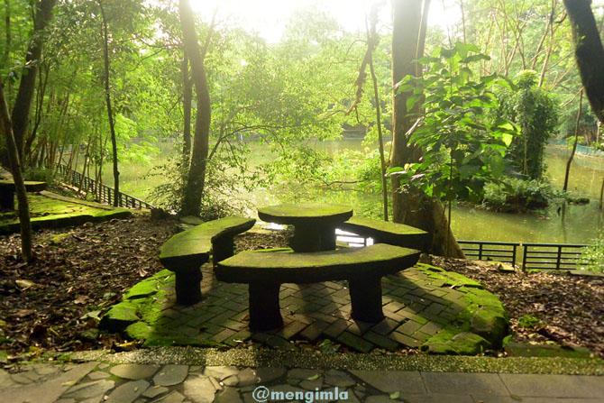 Tempat duduk yang tersebar di sudut danau Lembah UGM