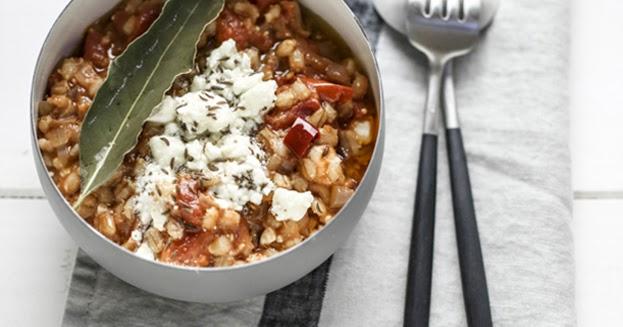 La Cuisine du placard e Yotam Ottolenghi: Risotto di orzo al pomodoro e feta marinata ai semi di carvi