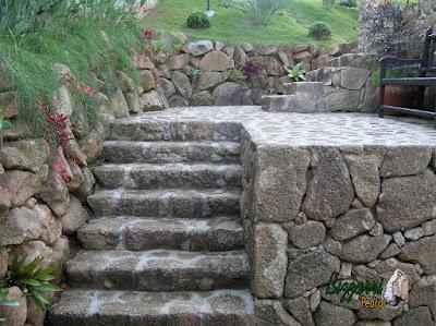 Escada de pedra, com pedra moledo e o muro de pedra rústico.