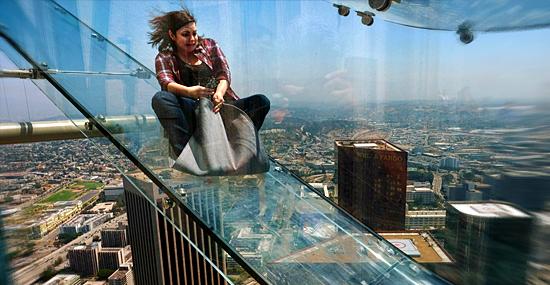 Escorregador de vidro no alto de um prédio é o mais aterrorizante do mundo!