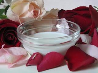 Merawat Wajah Dengan Masker Susu dan Kelopak Mawar