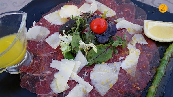 Carpaccio de buey con queso parmesano, ralladura de lima y naranja en À Table Cala D´Or