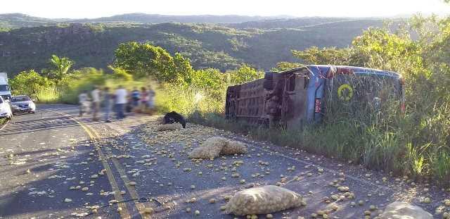 Chapada: Ônibus tomba na BA-142 entre Andaraí e Mucugê