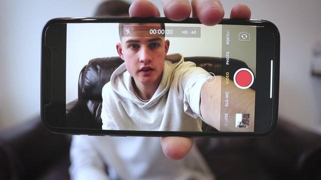 Ilustrasi ngevlog pakai kamera handphone