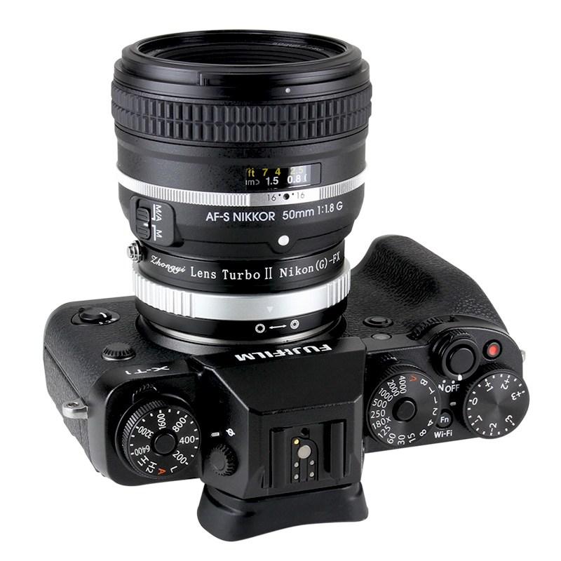 Адаптер Mitakon Lens Turbo II N / G-FX установлен на камеру