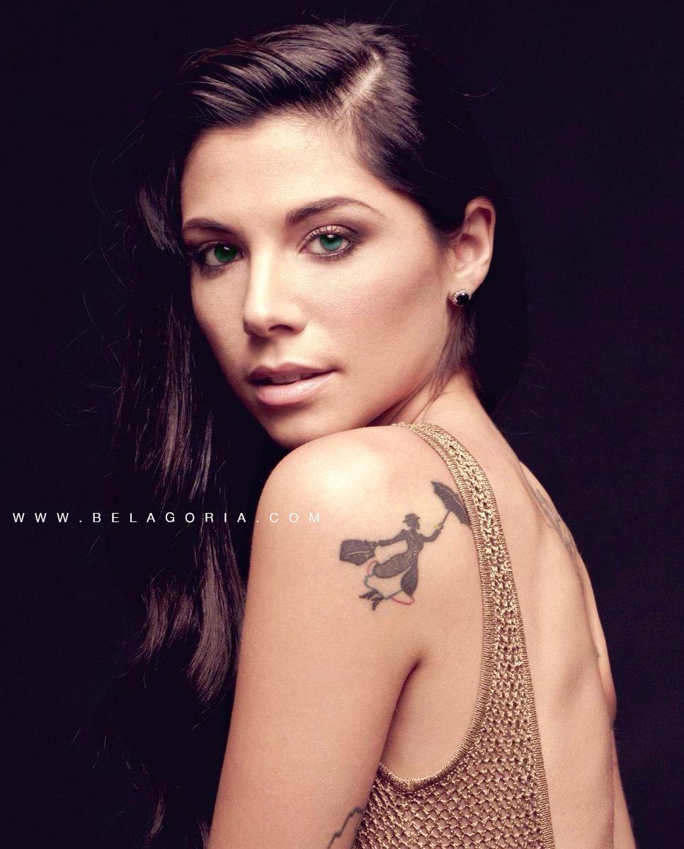foto de la modelo y artista Christina Perri, vemos un tatuaje de silueta en su omoplato