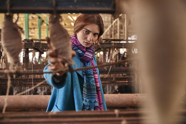abrigo de mujer calipso con pañuelo de tonos fucsias