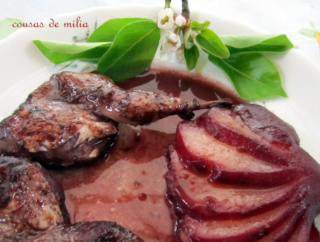 Codornices con peras al vino