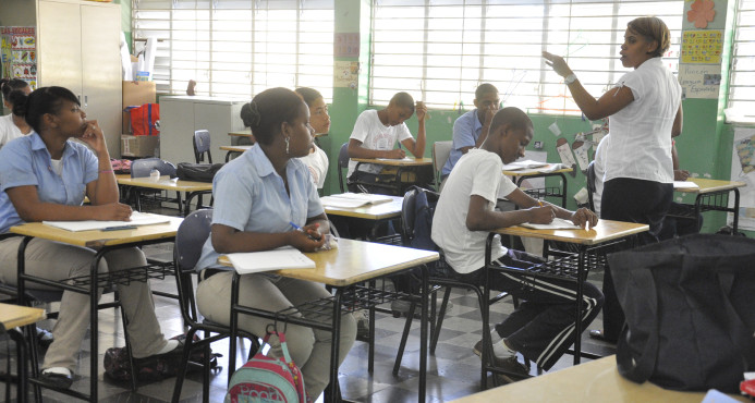 Salario de maestros sube 72% en 4 años