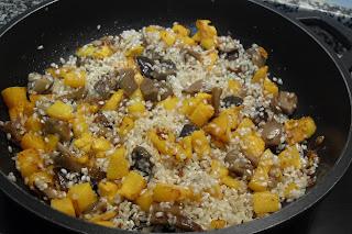 Rehogando el arroz con las setas y la calabaza