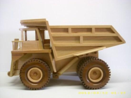 miniatur dump truk besar dari kayu