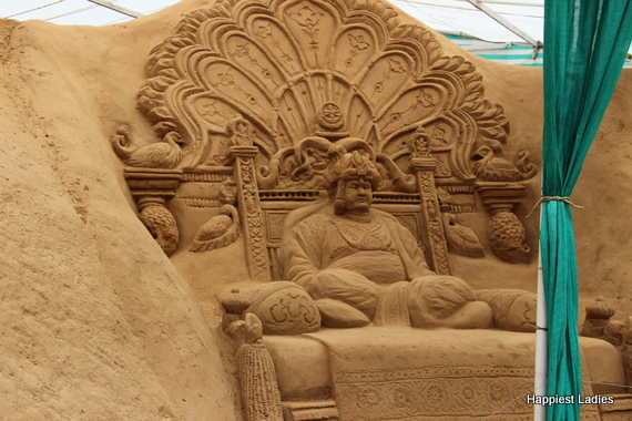 Srikanthadatta Wodeyar on throne - sand sculptor