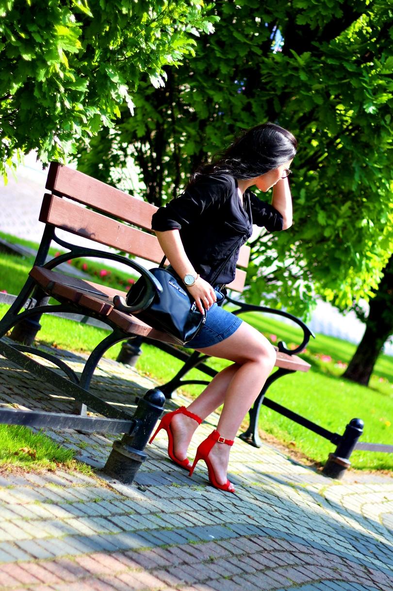 torebka armani, armani jeans, jeansowa spódnica, sandały na szpilce, czerwone szpilki, czerwone sandały na szpilce, koszula bonrpix, bonprix, zegarek na pasku lorus, zegarek lorus, poznań,