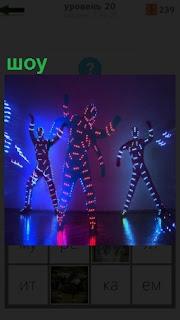Лазерное шоу, где люди подсвечены и видны только их силуэты в темноте