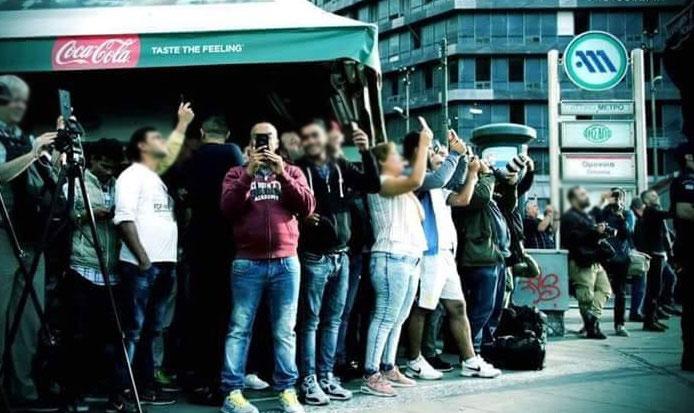 Ελλάδα 2018: Άντρας προσπαθεί να αυτοκτονήσει στην Ομόνοια και όσοι τον βλέπουν τον βγάζουν φωτογραφίες