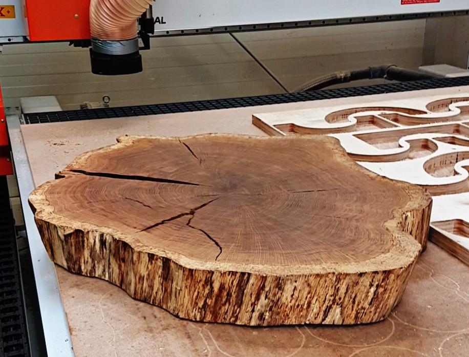 Frezowanie blatu do stołu z litego drewna